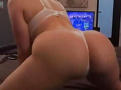 White girl with big ass twerking